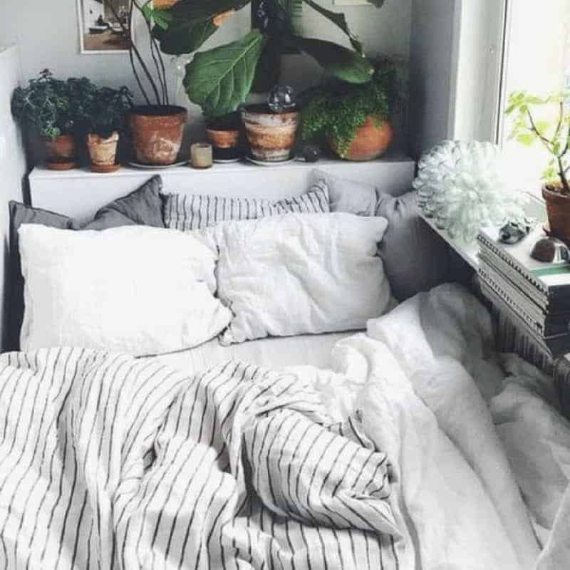 20 Cozy Dorm Room Ideas to Snuggle Up To 15
