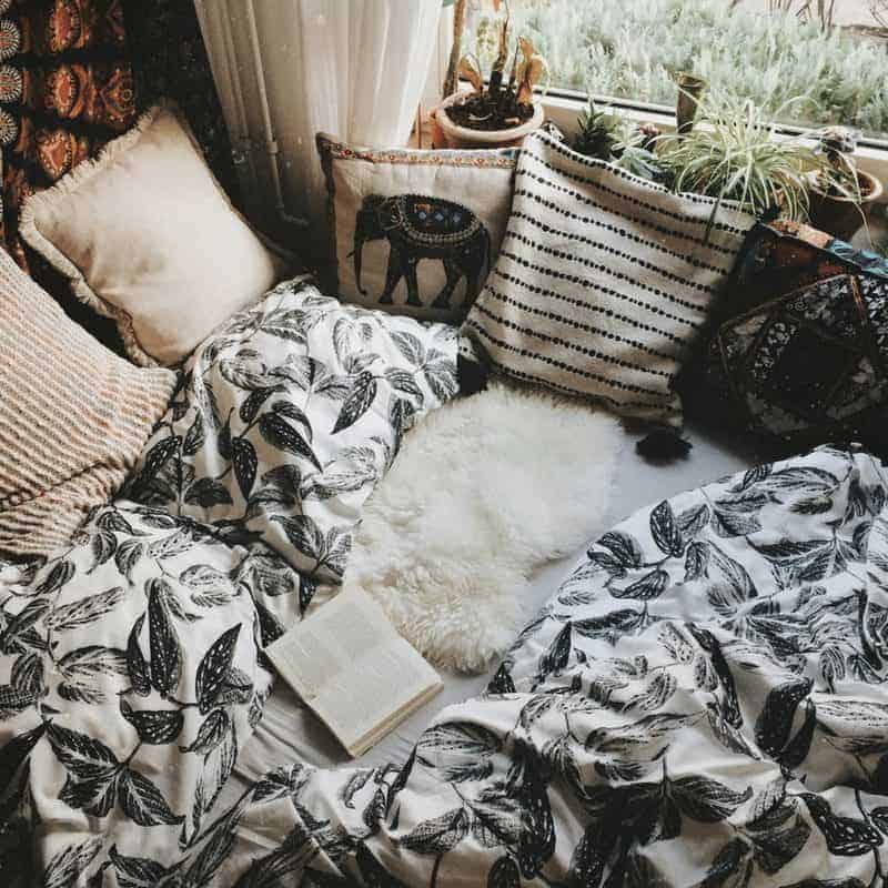 20 Cozy Dorm Room Ideas to Snuggle Up To 6