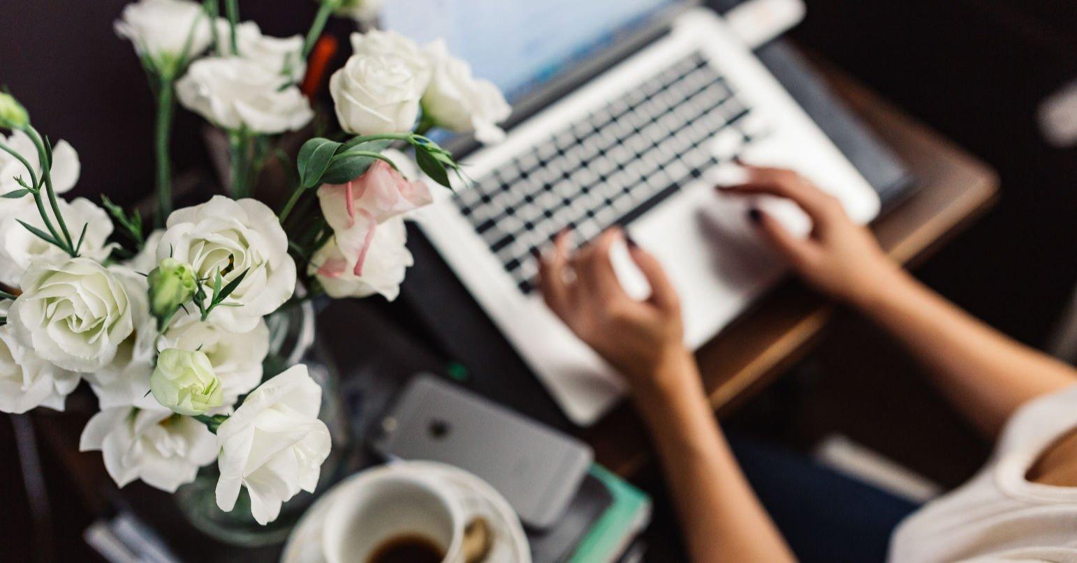 laptop wit woman working