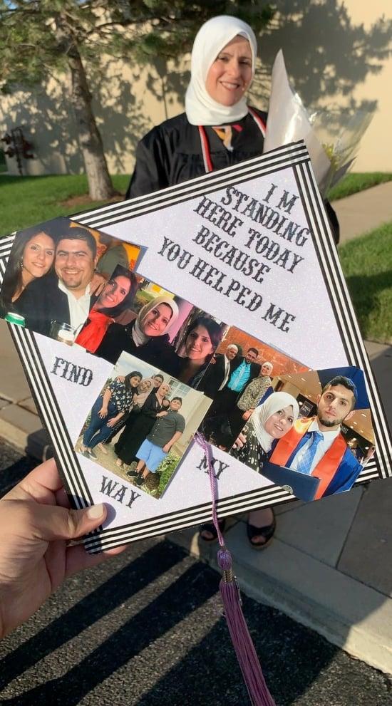 шапочка мамы украшена семейными фотографиями и цитатами