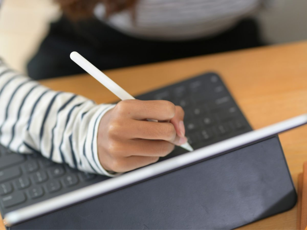 student using tablet to write college notes with stylus