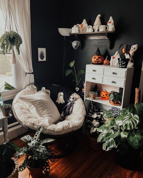 corner of bedroom with pumpkins, ghost, and witch decorations